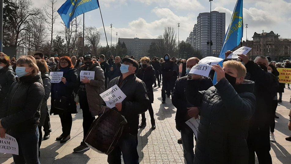 Карантинні протести: у Запоріжжі перекрили рух трамвая, Миколаїв також мітингує
